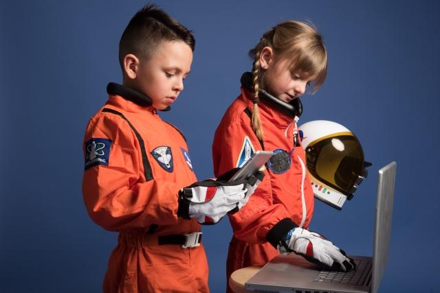 宇宙服姿でPCを弄る子どもたち9