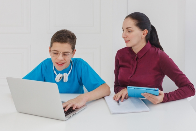パソコンを操作する男の子