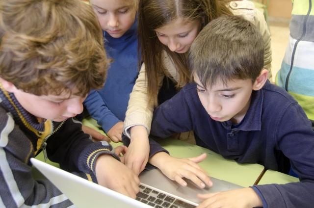 パソコンを使う子どもたち