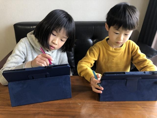 タブレット学習する子供たち